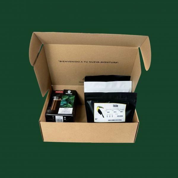 pack cafetera y 3 paquetes de café en caja abierta
